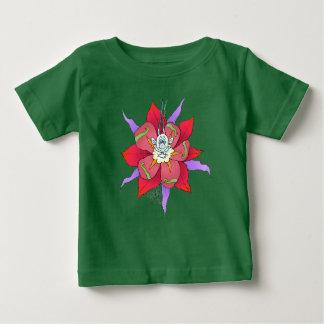 Criatura de mirada divertida en una flor, en una remeras