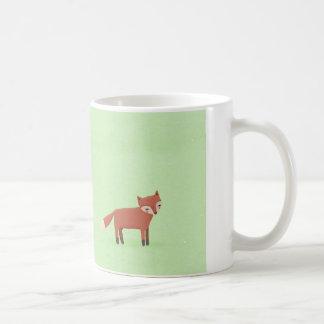 criatura linda del arbolado del pequeño zorro en v taza de café