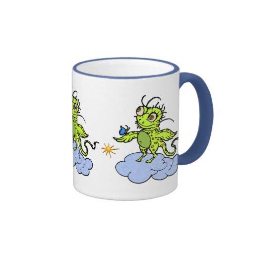 Criatura y mariposa verdes taza de café