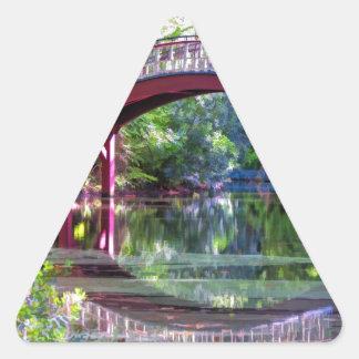 Crim Dell tiende un puente sobre Guillermo y a Pegatina Triangular