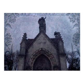 Cripta gótica hermosa del cementerio postal