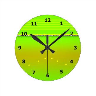 Crisálida abstracta de la mariposa de monarca reloj redondo mediano