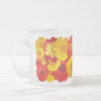 Crisantemos amarillos de las margaritas rojas taza de cristal
