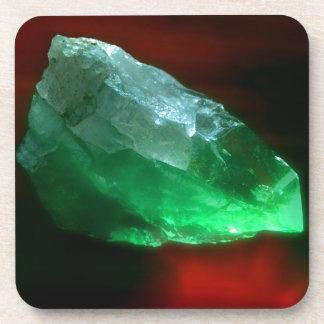cristal de cuarzo verde que brilla intensamente posavasos de bebidas