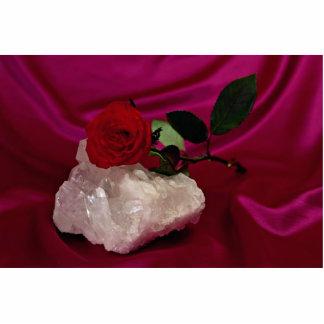 Cristal y rosa guardados en fondo rojo escultura fotográfica