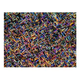 Cristales del cafeína debajo de un microscopio postal