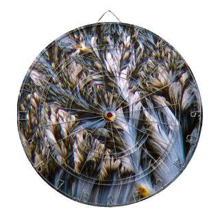 cristales emplumados, paracetamol debajo de un tablero dardos