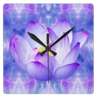 Cristales púrpuras de la flor y del fractal de lot reloj cuadrado