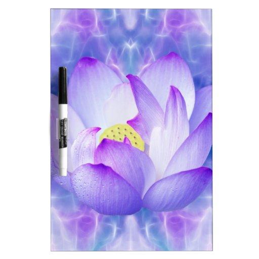 Cristales púrpuras de la flor y del fractal de tablero blanco