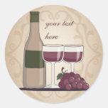 Cristales y uvas de botellas de vino rojo del etiqueta redonda
