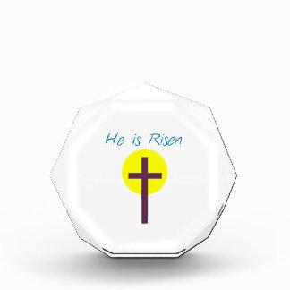Cristiano de Pascua él es cruz subida con Sun