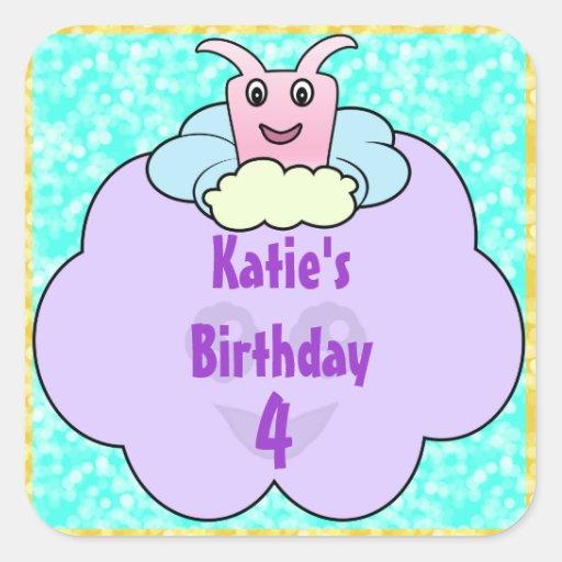 Critter en cumpleaños de las nubes calcomanía cuadradas personalizadas