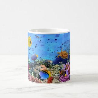 Critters coloridos del arrecife de coral taza