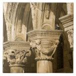 Croacia, Dalmacia, Dubrovnik. Arcos de piedra y Azulejo