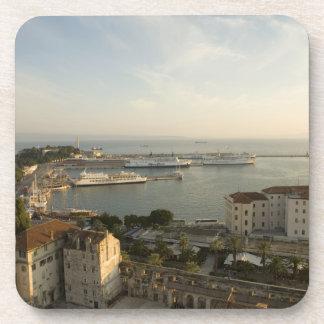 Croacia, Dalmacia, fractura. Vista de Riva Posavasos De Bebidas