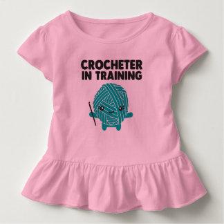 Crocheter en camisa del niño del entrenamiento