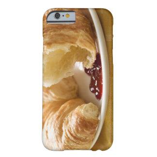 Croissant con el atasco en una placa funda para iPhone 6 barely there