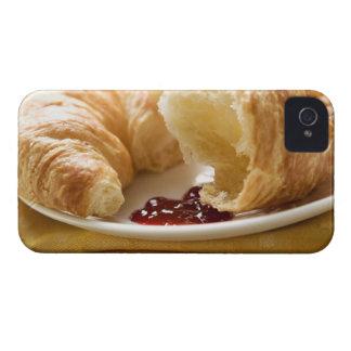 Croissant con el atasco en una placa iPhone 4 protectores