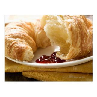 Croissant con el atasco en una placa tarjeta postal