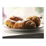 croissants franceses en una placa tarjetas postales