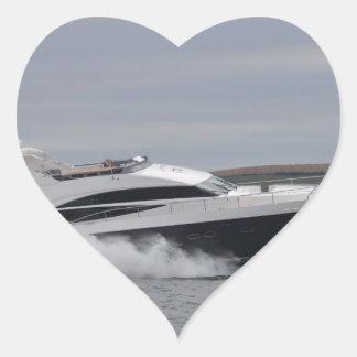Crucero del motor a la velocidad pegatina en forma de corazón