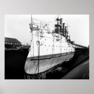Crucero en dique seco póster