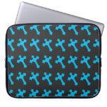 Cruces azules de neón brillantes en una tela negra funda portátil