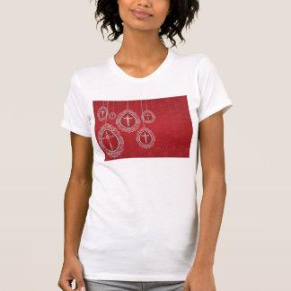 Cruces de plata y huevos afiligranados en rojo camiseta
