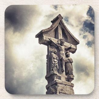 Crucifijo de piedra posavasos de bebida