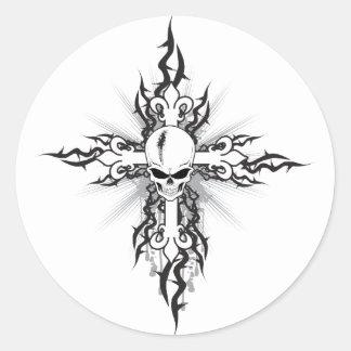 Crucifijo del cráneo pegatina redonda