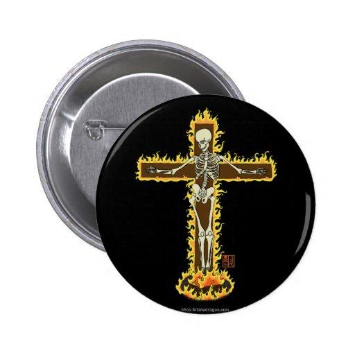 Crucifijo esquelético llameante en una pira pin redondo 5 cm