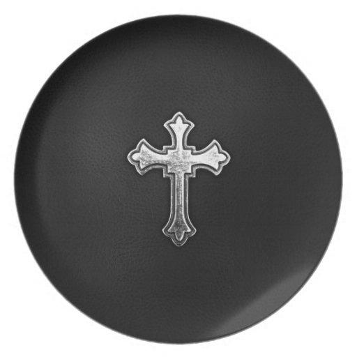 Crucifijo metálico en el cuero negro plato para fiesta