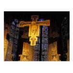 Crucifijo sobre el alto altar en el Santa Tarjeta Postal