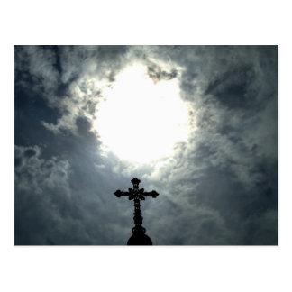 Cruz abierta gótica del cementerio de los cielos postal