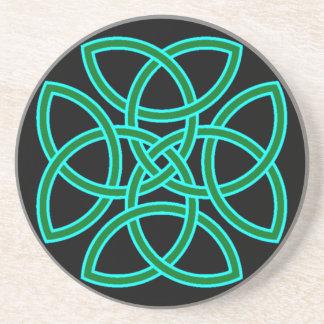 Cruz adornada de Triquetra en verde claro sabio Posavasos Para Bebidas