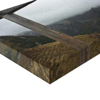 Cruz alta, de madera en el lado de la montaña impresión en tela