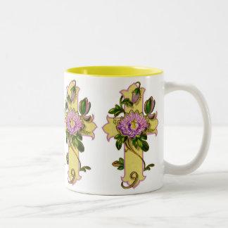 Cruz amarilla con la flor rosada taza dos tonos