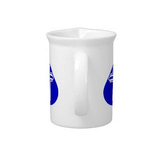 Cruz blanca en lágrima azul jarras para bebida