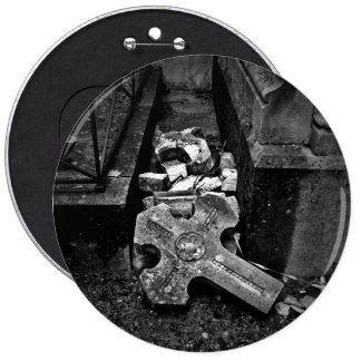 Cruz caida gótica del cementerio pin redondo de 6 pulgadas