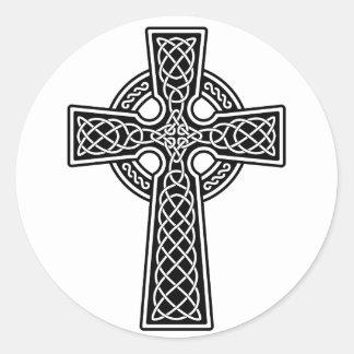 Cruz céltica blanco y negro pegatina redonda