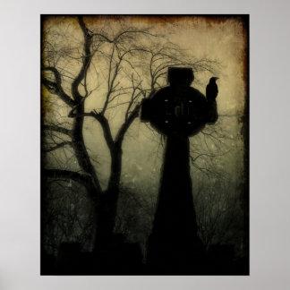 Cruz céltica con el cuervo póster