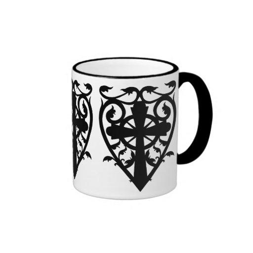 Cruz céltica del cementerio gótico en corazón taza de café