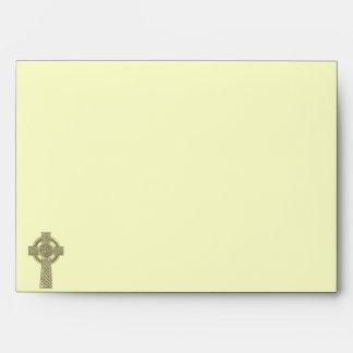 Cruz céltica en sobre del boda del oro y de la