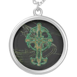 Cruz céltica en verde colgante redondo