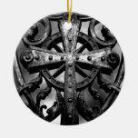 Cruz céltica gótica del hierro labrado del cemente ornatos