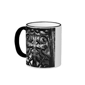 Cruz céltica gótica del hierro labrado del cemente taza de café