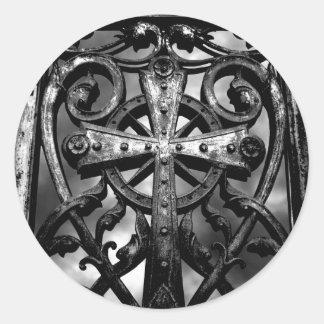 Cruz céltica gótica del hierro labrado del pegatina redonda
