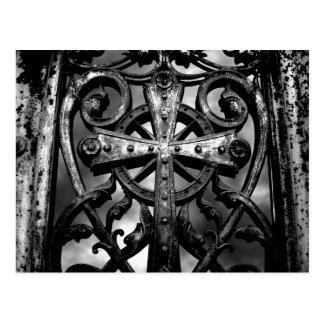 Cruz céltica gótica del hierro labrado del postal