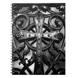 Cruz céltica gótica del hierro labrado del victori libretas