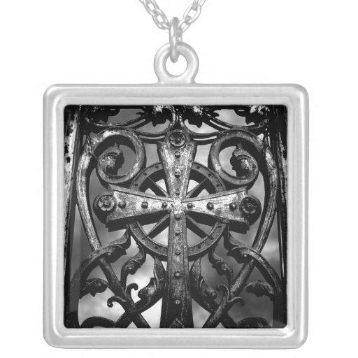 Cruz céltica gótica en puerta de la cripta del cor collar plateado
